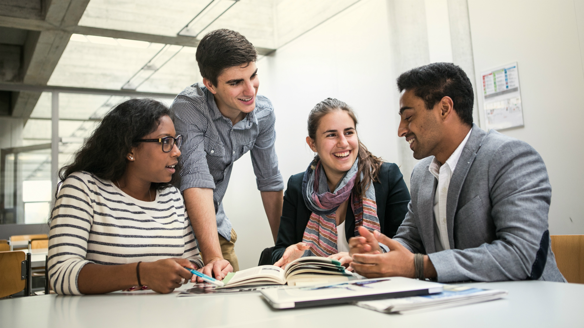 Studiernde bei Gruppenarbeit